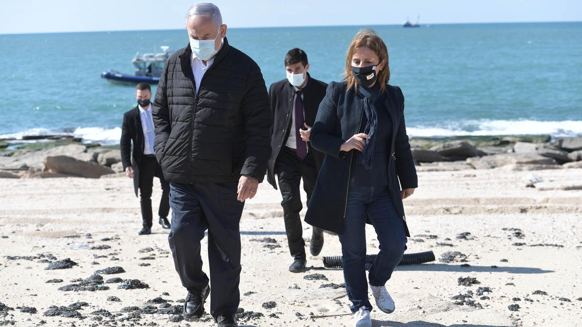 Netanyahu inspecciona los daños causados por el vertido.