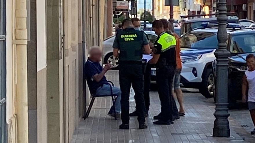 La Policía reduce a un hombre en Sueca tras denigrar a una mujer e intentar agredir a un agente