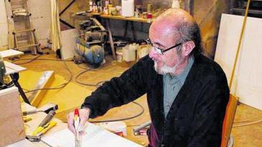 Homero Menéndez, en su taller. A la izquierda, su maqueta de la Almudena. Debajo, reproducción del Madrid de los Austrias.