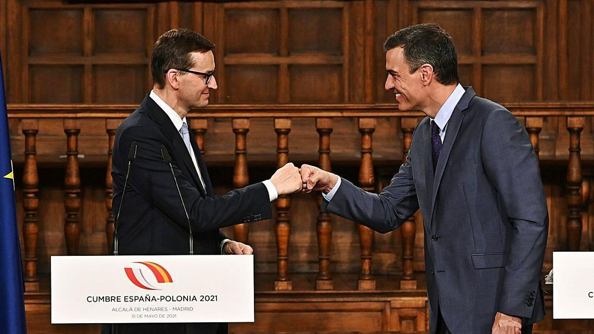 Sánchez amb el cap del Govern polonès, Mateusz Morawiecki, ahir a San Fernando de Henares.  | FERNANDO VILLAR