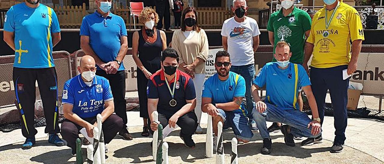 Jairo González, segundo por la izquierda de los agachados, junto al resto de premiados y organizadores en la bolera portátil de Villaviciosa. | L. B.