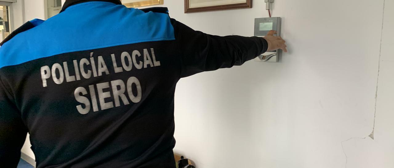 Un agente fichando en la comisaría de la Policía Local de Pola de Siero.