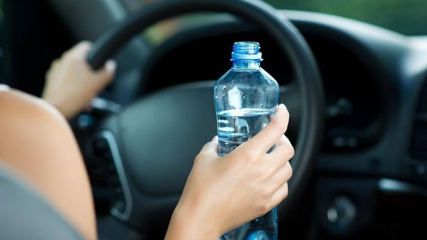 ¿Es peligroso llevar una botella de agua en el coche?
