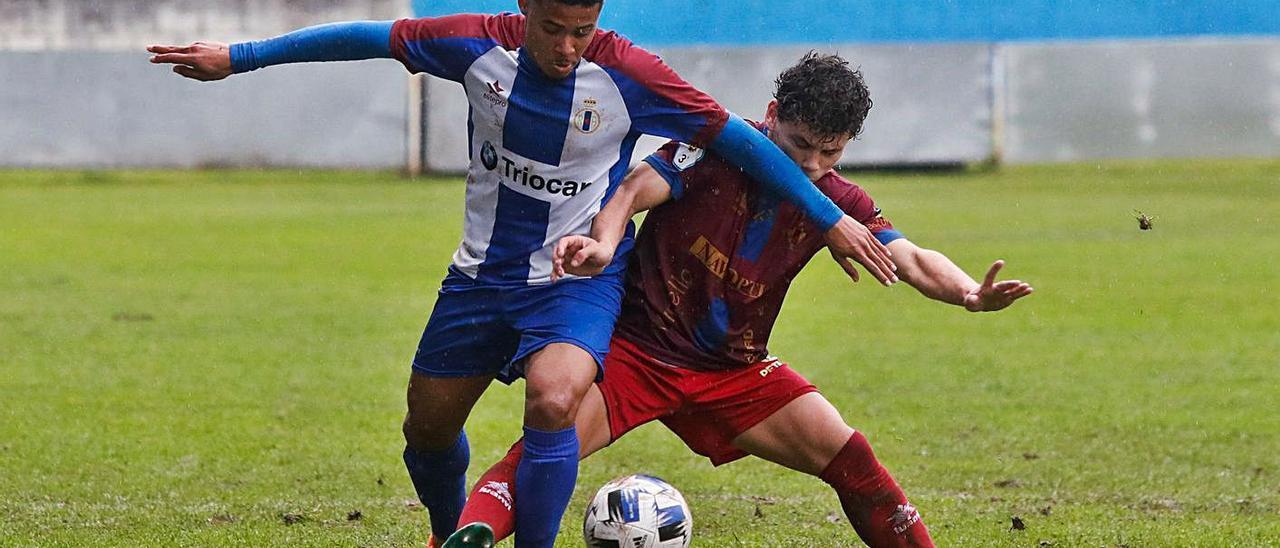 El jugador del Avilés Mathe, a la izquierda, presionado por Guille Domínguez, del Navarro. | Mara Villamuza