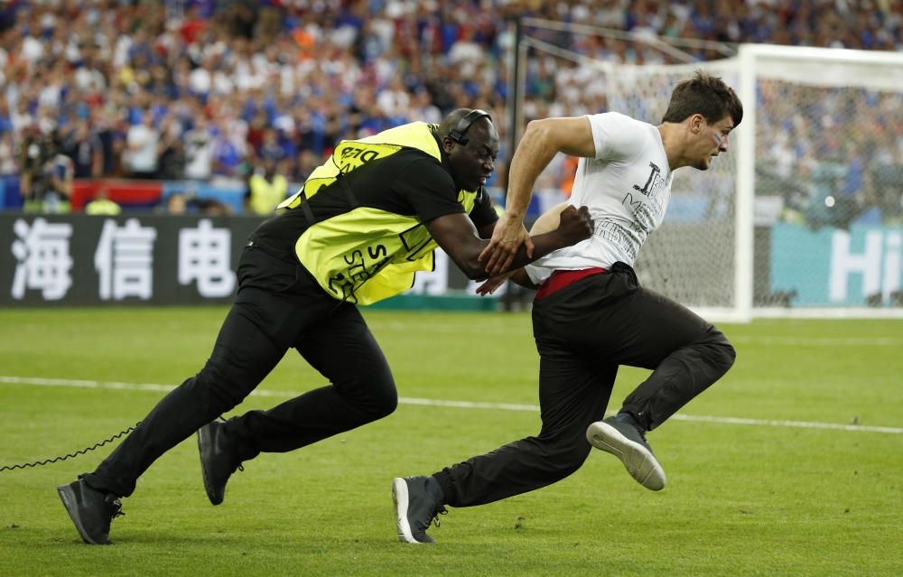 Un espontáneo saltó al césped del Estadio de Francia, donde Portugal y Francia disputan la final de la Eurocopa de fútbol, y fue detenido y sacado del césped por los miembros de seguridad del campo