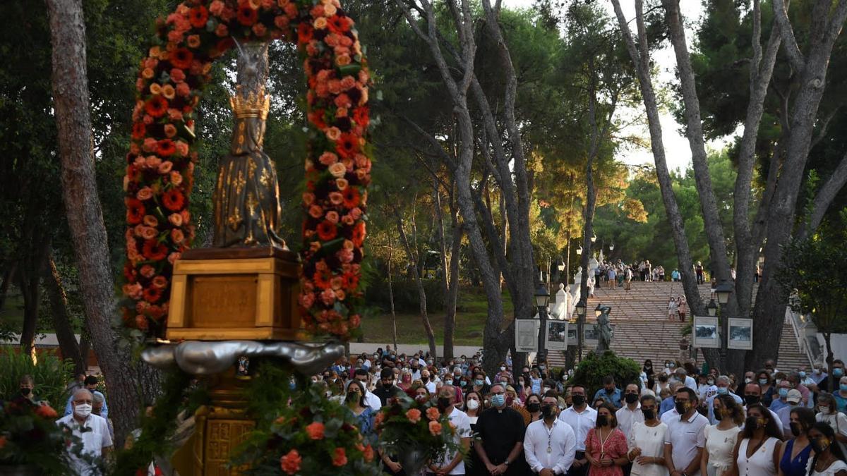 Ante la imposibilidad, por el covid, de hacer una despedida masiva en el interior de la ermita, la Mare de Déu se ha despedido desde la plaza del 'Pastoret'.