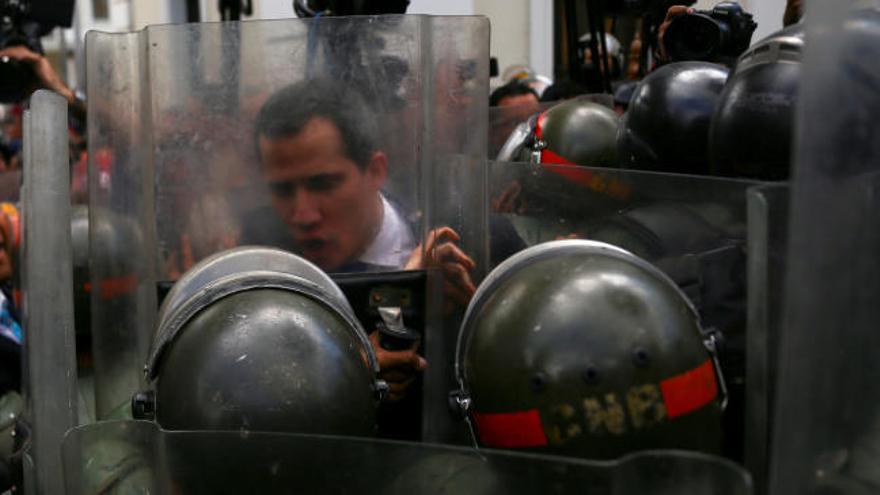 """Guaidó asume un segundo mandato como """"presidente encargado"""" de Venezuela"""
