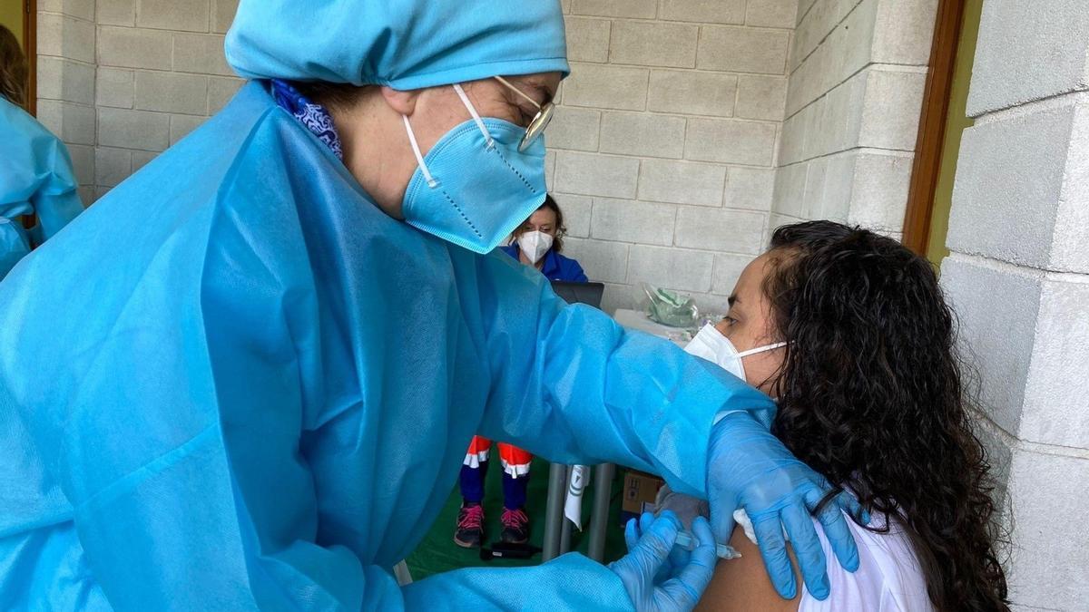 Una mujer recibe una dosis de la vacuna contra el coronavirus.