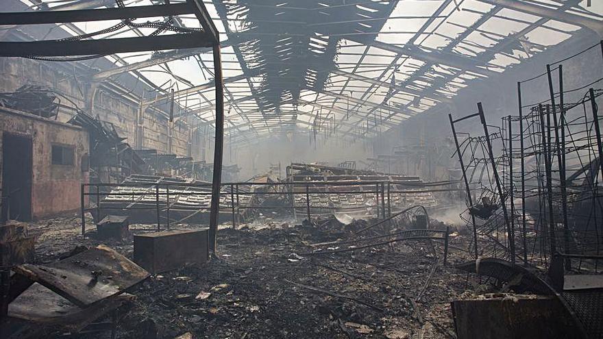 Un voraz incendio calcina una nave y afecta a otras cuatro de un polígono industrial de Lugo