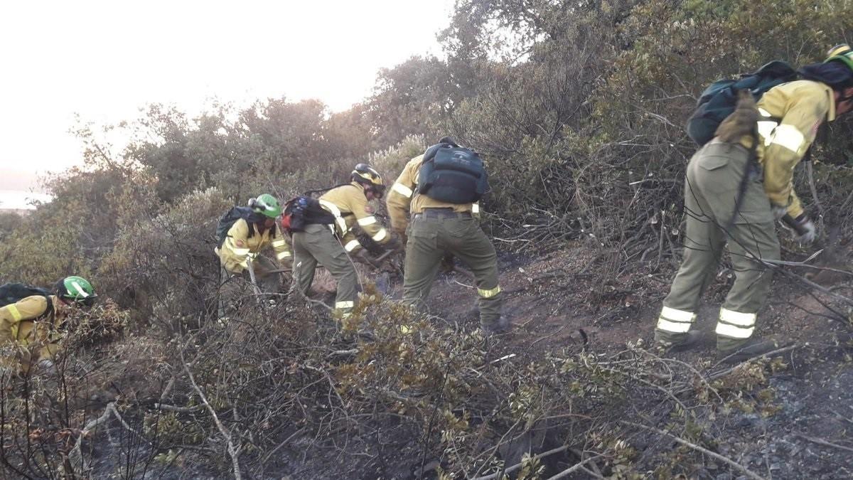 Bomberos trabajan en un incendio en Villaviciosa de Córdoba, en una imagen de archivo.