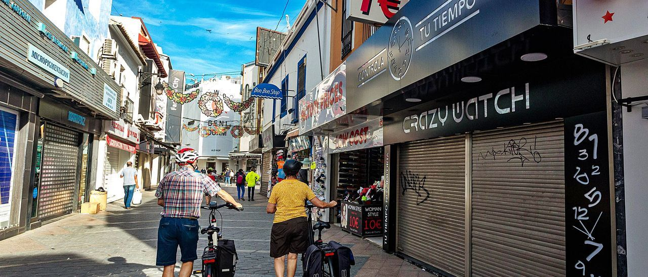 Una de las calles comerciales más céntricas de Benidorm con negocios cerrados, en una imagen de archivo.