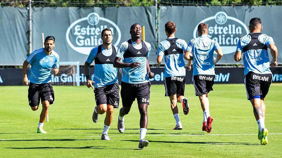 Los jugadores del Celta realizan ejercicios de carrera, ayer en A Madroa.
