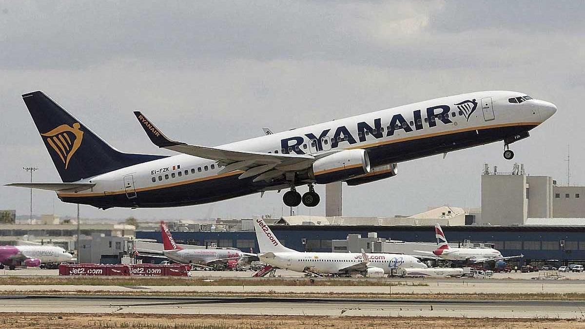 Un avión que despega desde Son Sant Joan.