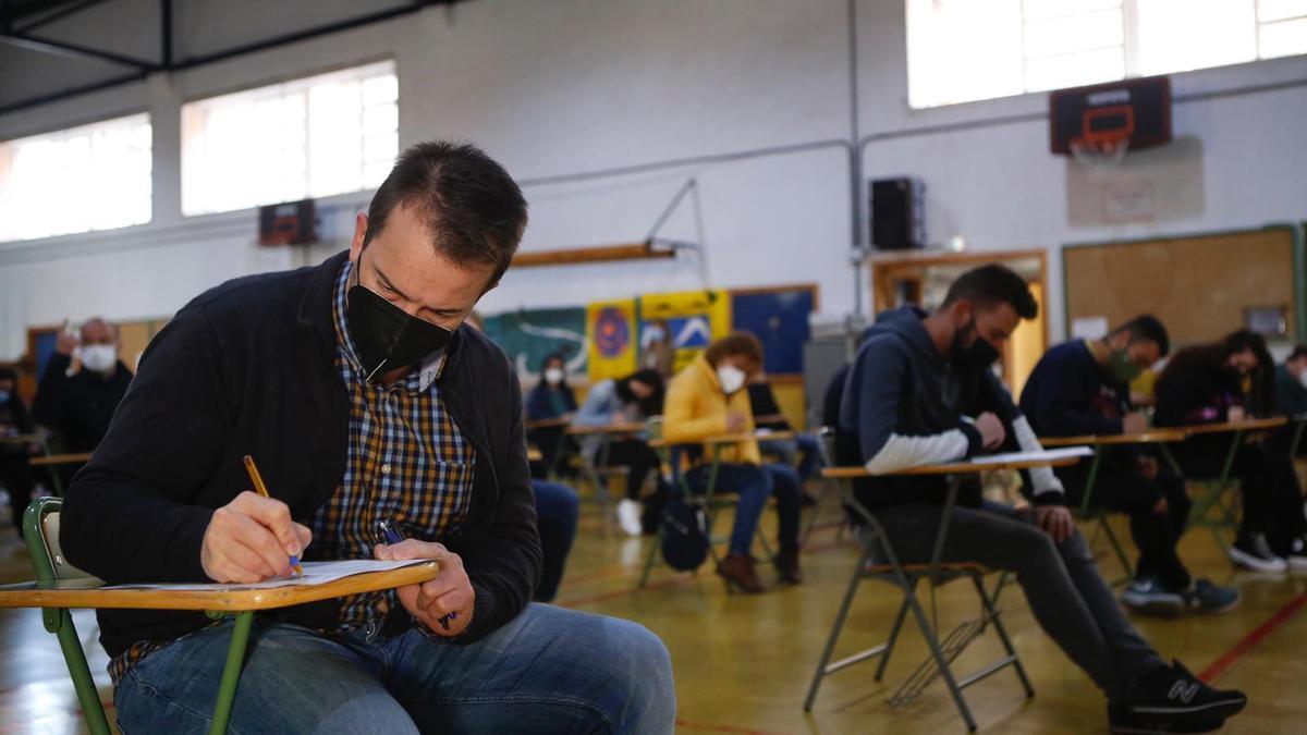Alumnos en las pruebas para el título de Secundaria para mayores de 18 años
