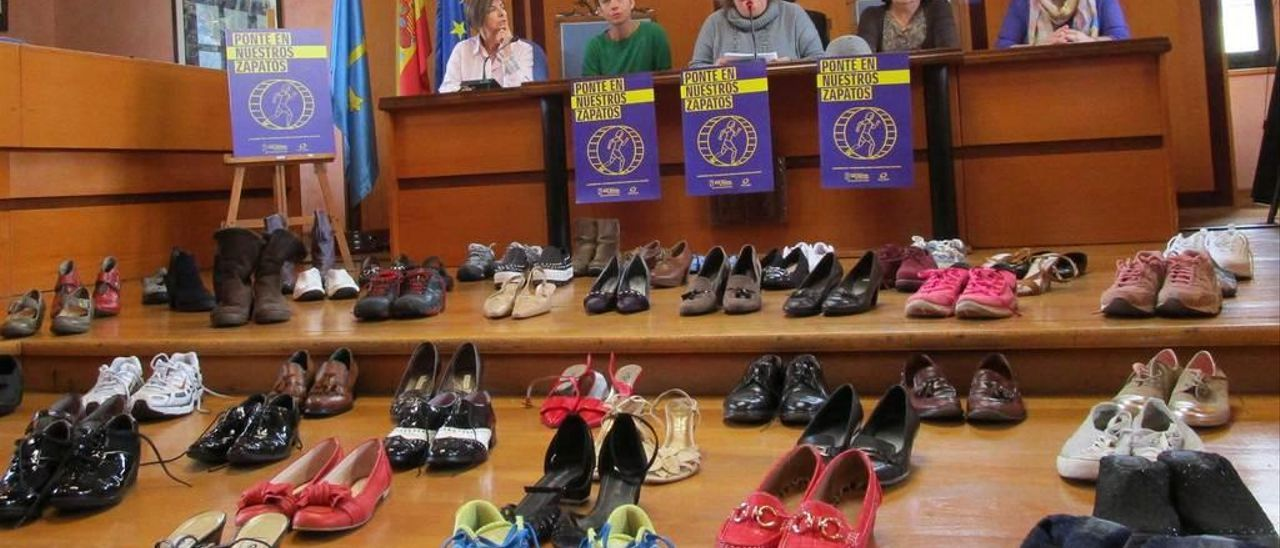 Berta Suárez, Jacoba García, Gema Suárez, Sara Blanca Fernández y Pili Ruiz, en la presentación de los actos organizados con motivo del Día Internacional Contra la Violencia de Género.