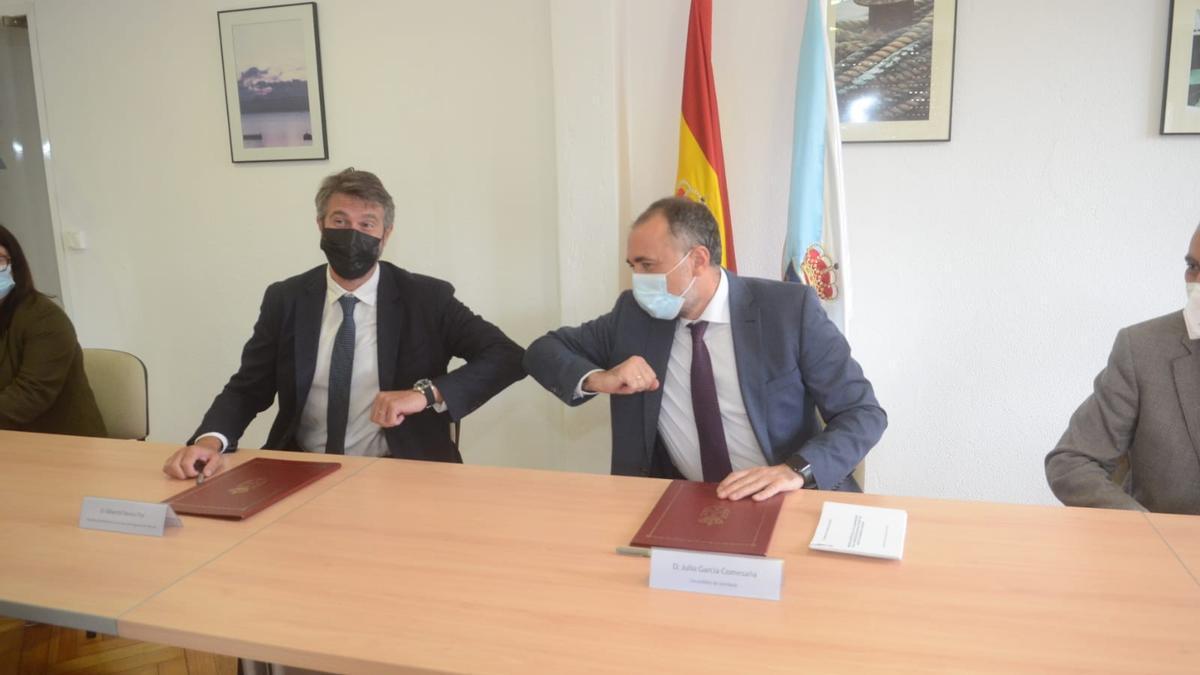 Alberto Varela y Julio García Comesaña durante la firma del convenio para la construcción del futuro centro de salud de Vilagarcía