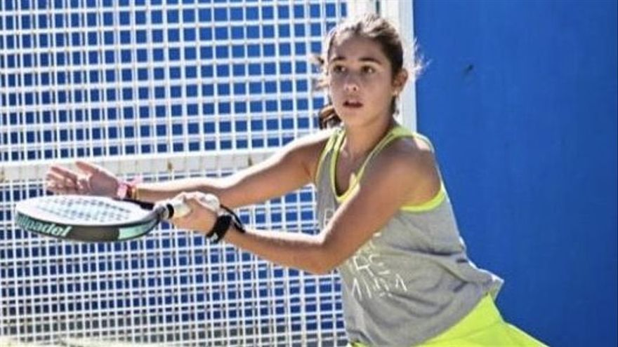 Elena Ferreira a punto de golpear una bola