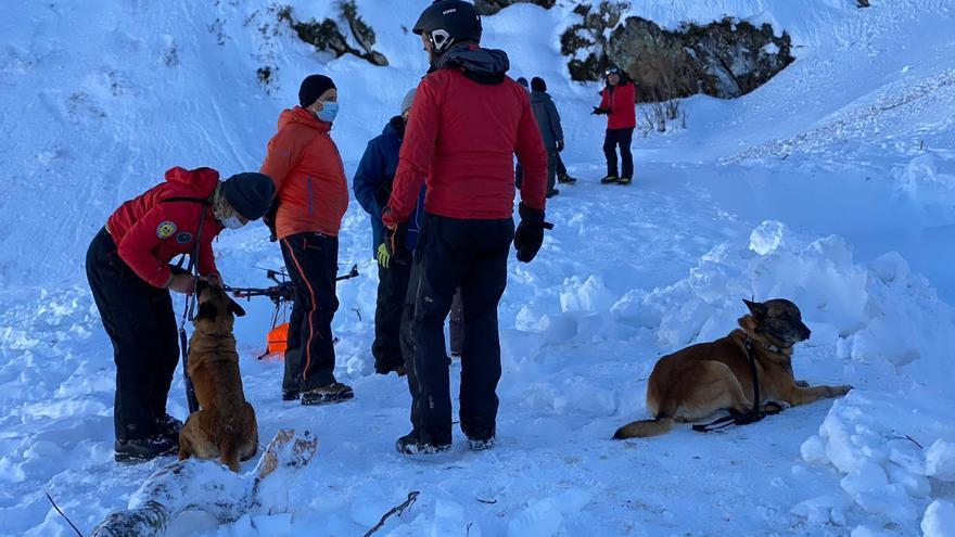 Buscan con perros al operario sepultado por la avalancha de San Isidro