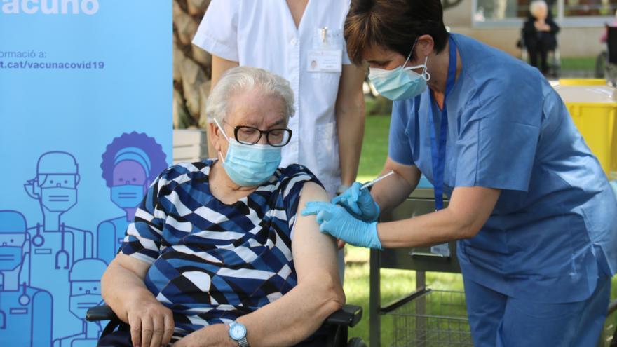Sanitat aprova la tercera dosi de la vacuna contra la covid-19 per a majors de 70 anys a partir de finals d'octubre