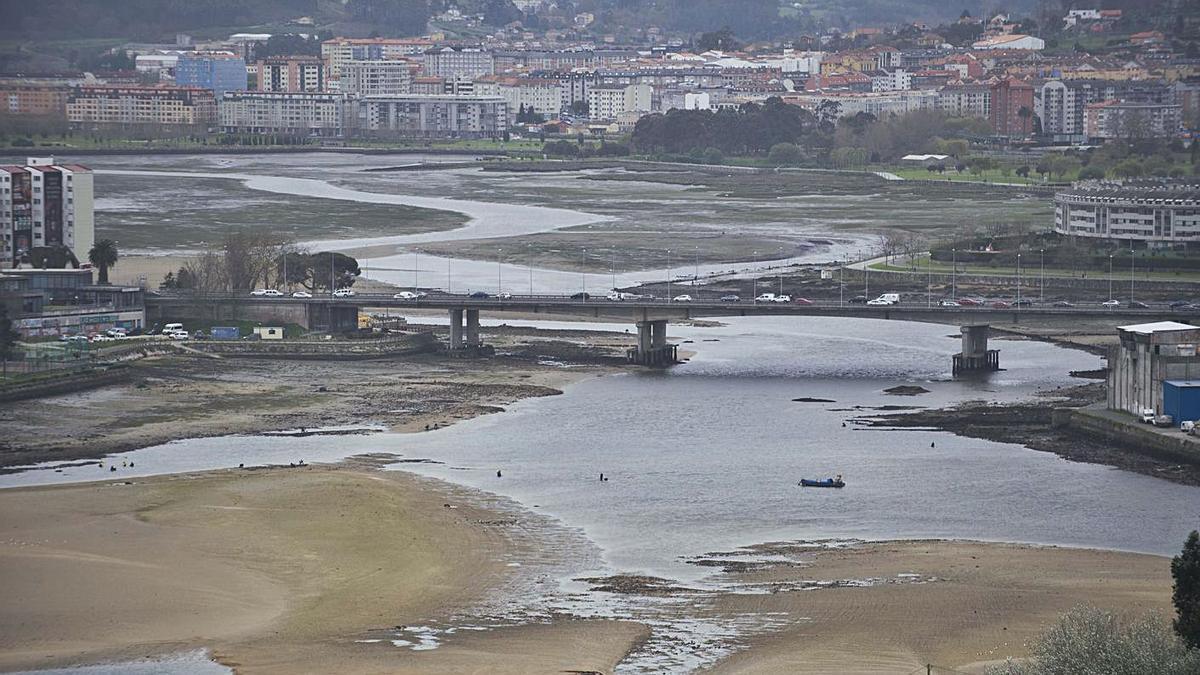 Vista de la ría de O Burgo, con el puente de A Pasaxe en el centro de la imagen. |   // CASTELEIRO/ROLLER AGENCIA
