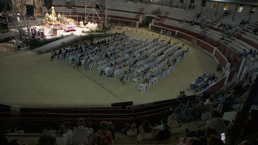 Ofrenda, coronación y misa en la plaza de toros de Ondara en las fiestas de la Soledad