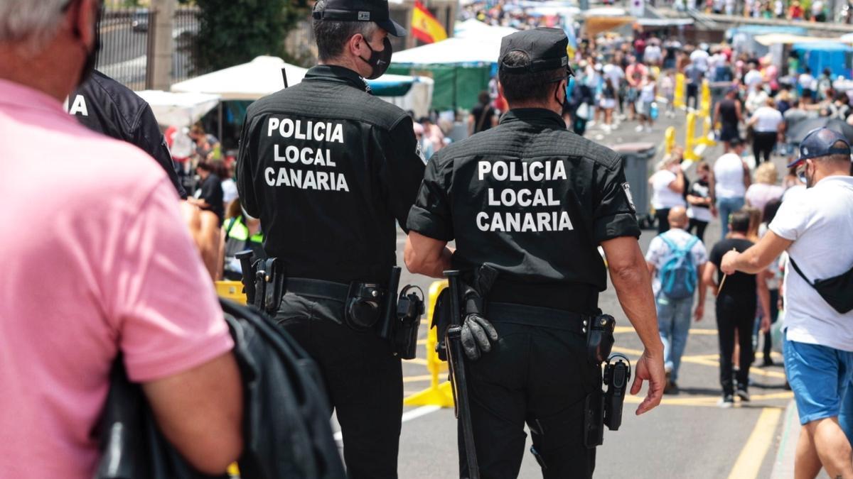 Los agentes vigilan que no se produzcan aglomeraciones en el Rastro de Santa Cruz.