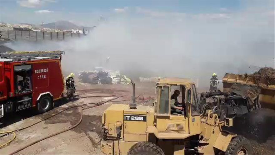Los bomberos trabajan casi 8 horas en sofocar un incendio en una granja de Alicante