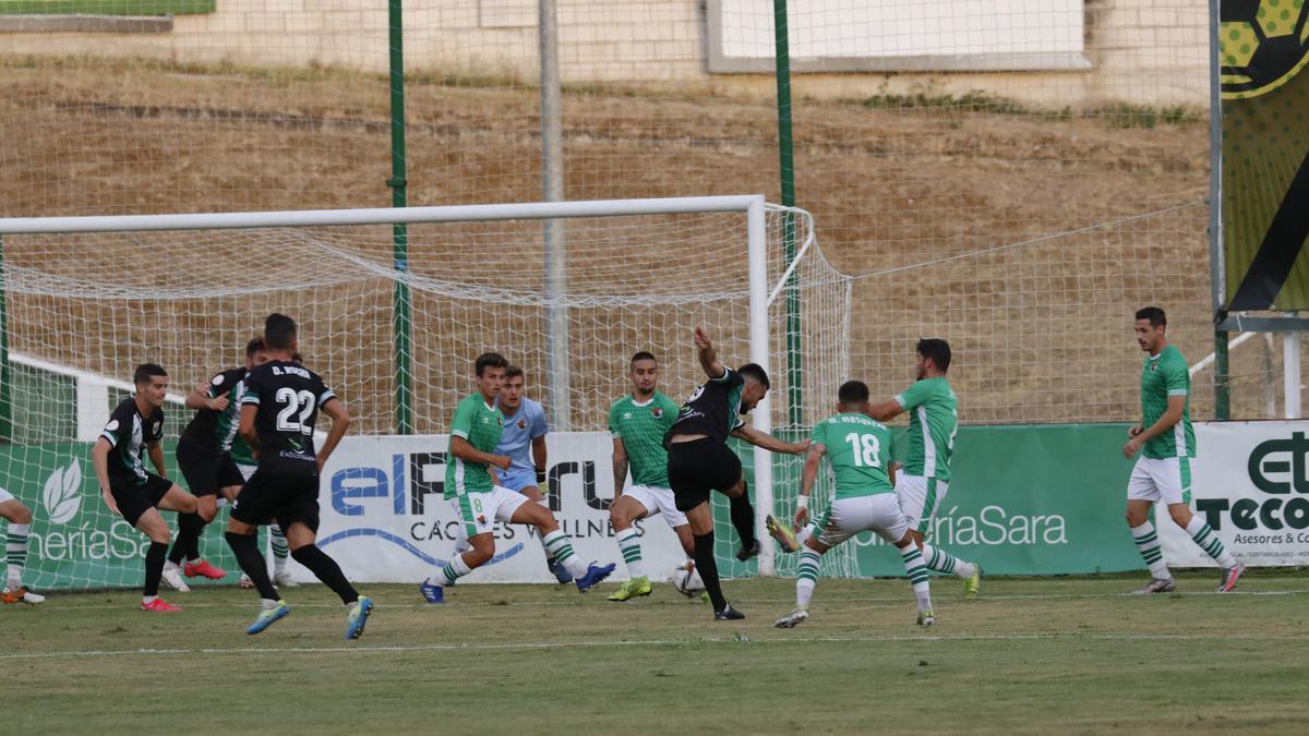 Una acción del amistoso jugado entre Cacereño y Mérida el pasado mes de agosto en el Príncipe Felipe.