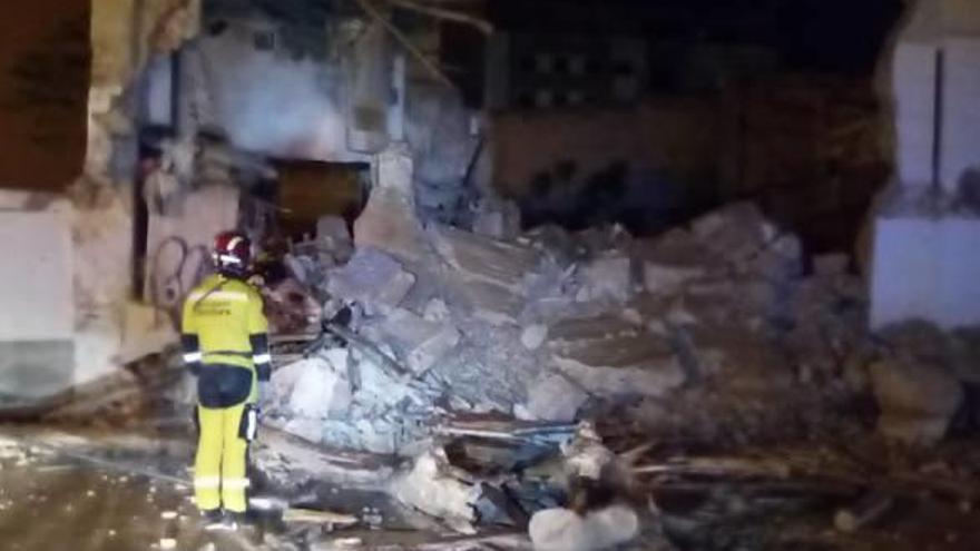 La unidad canina de los bomberos acude al derrumbe de una casa en Albacete