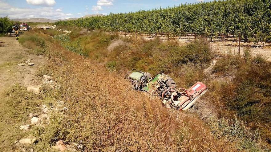 Herido muy grave al caer a una acequia tras volcar su tractor en Cieza