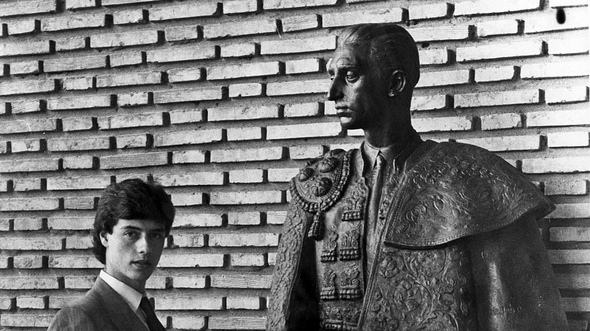 Un joven Finito de Córdoba, antes de que llegase su doctorado, posa junto al busto de Manolete en Los Califas.