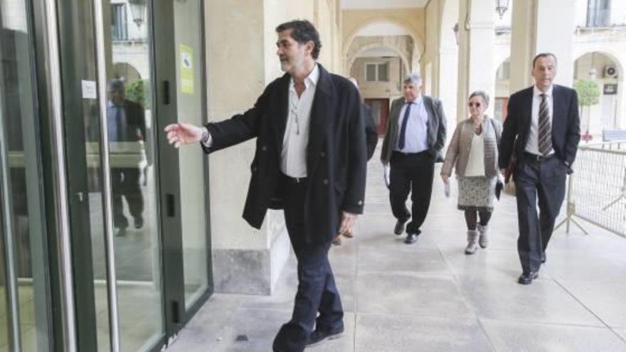 El exedil Sobrino, acusado de prevaricar en una feria outlet, alega que nadie le avisó