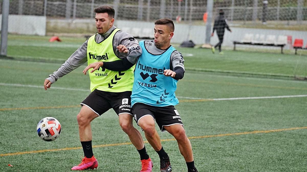 El Real Murcia se ejercita sobre el césped artificial de la Universidad de Murcia.   PRENSA REAL MURCIA CF