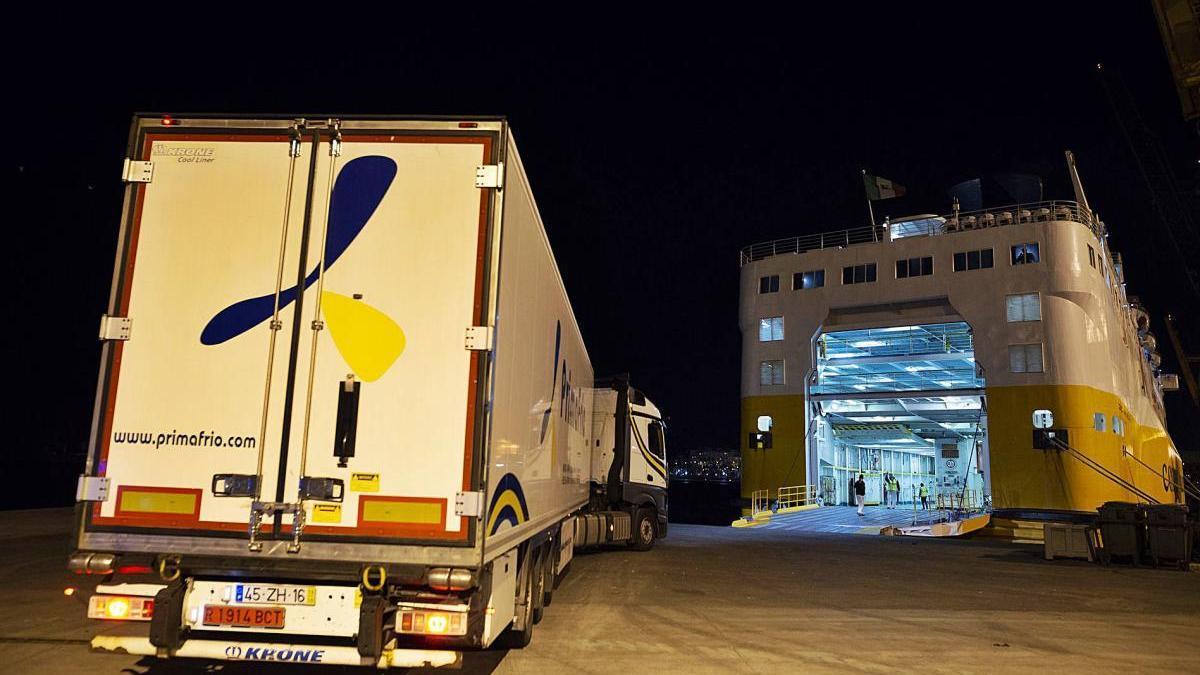 El ferry de la ruta ro-ro zarpando del Puerto de Cartagena anoche con su carga de veinte camiones murcianos.
