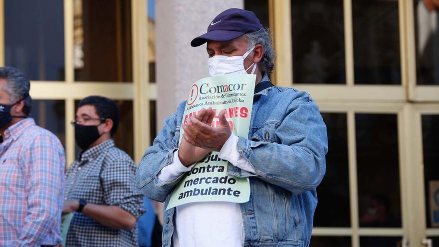 PSOE, IU y Podemos exigen al alcalde que atienda las demandas del comercio ambulante