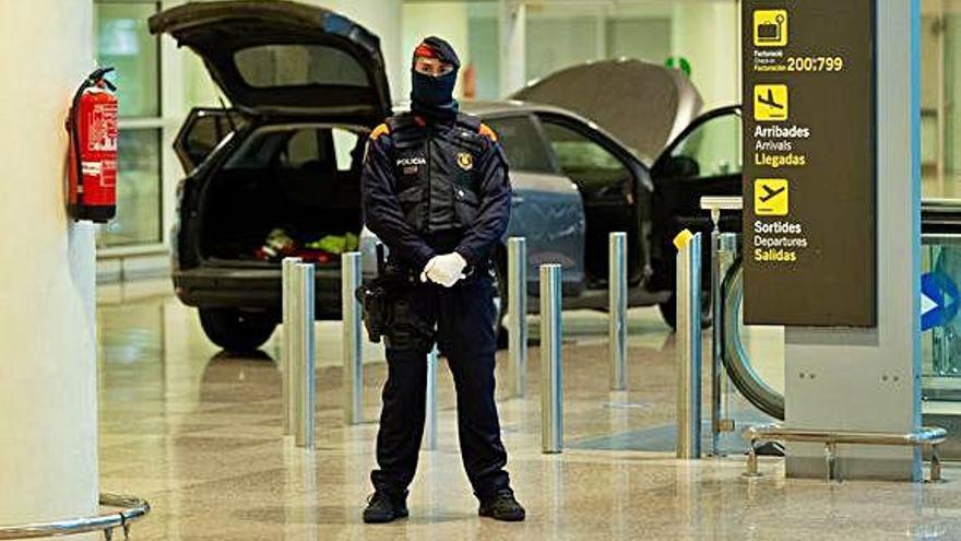 Dos hombres detenidos tras irrumpir con un coche en el aeropuerto de El Prat