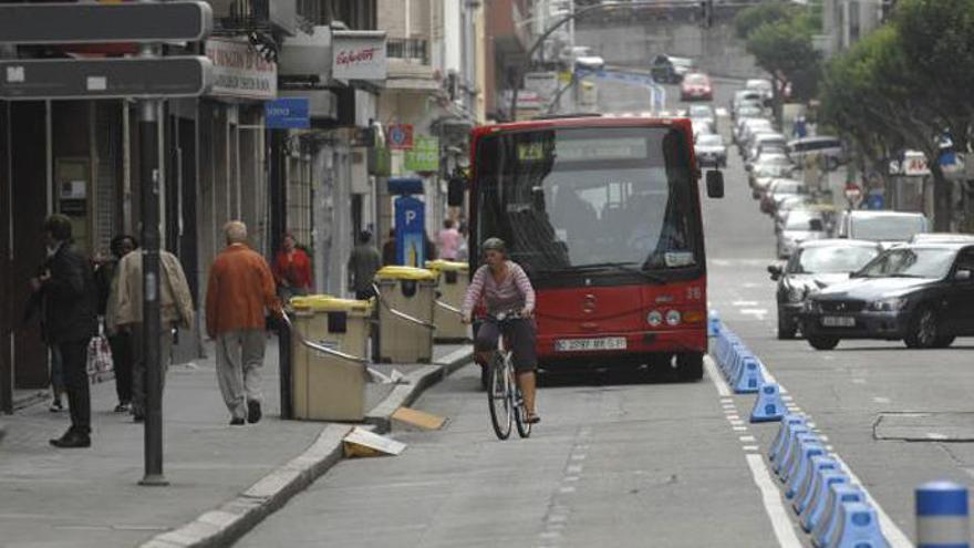 """El Concello plantea """"carriles blandos"""" que compartan autobuses y bicis"""
