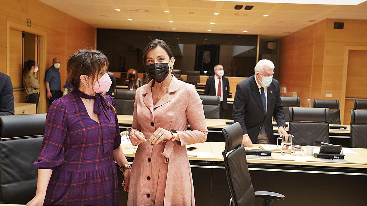 La vicepresidenta segunda de la mesa de las Cortes, Ana Sánchez (centro), antes del inicio de la comisión, | Ical
