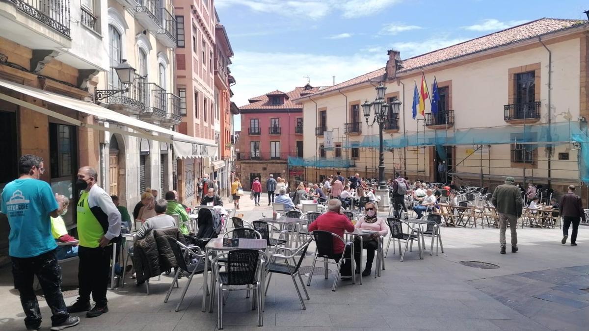 Comensales disfrutan del buen tiempo en las terrazas en Oviedo