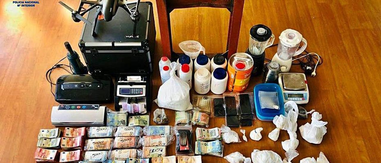 Droga, dinero y útiles decomisados por la Policía.