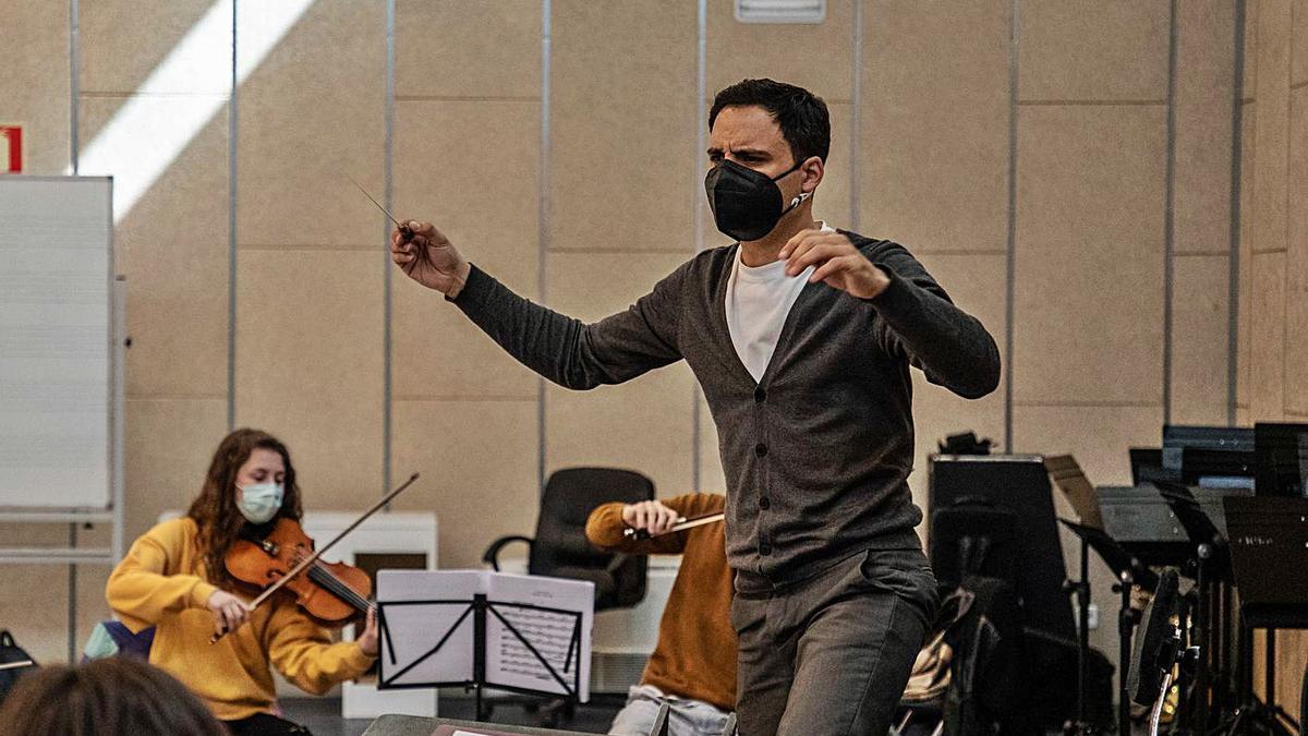 Pedro Hernández Garriga durante los ensayos con la Joven Orquesta Sinfónica de Zamora.   Nico Rodríguez