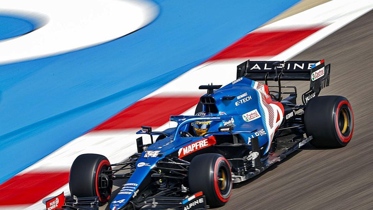 Fernando Alonso, durante la sesión de entrenamientos de ayer en Bahrein. |  // EFE