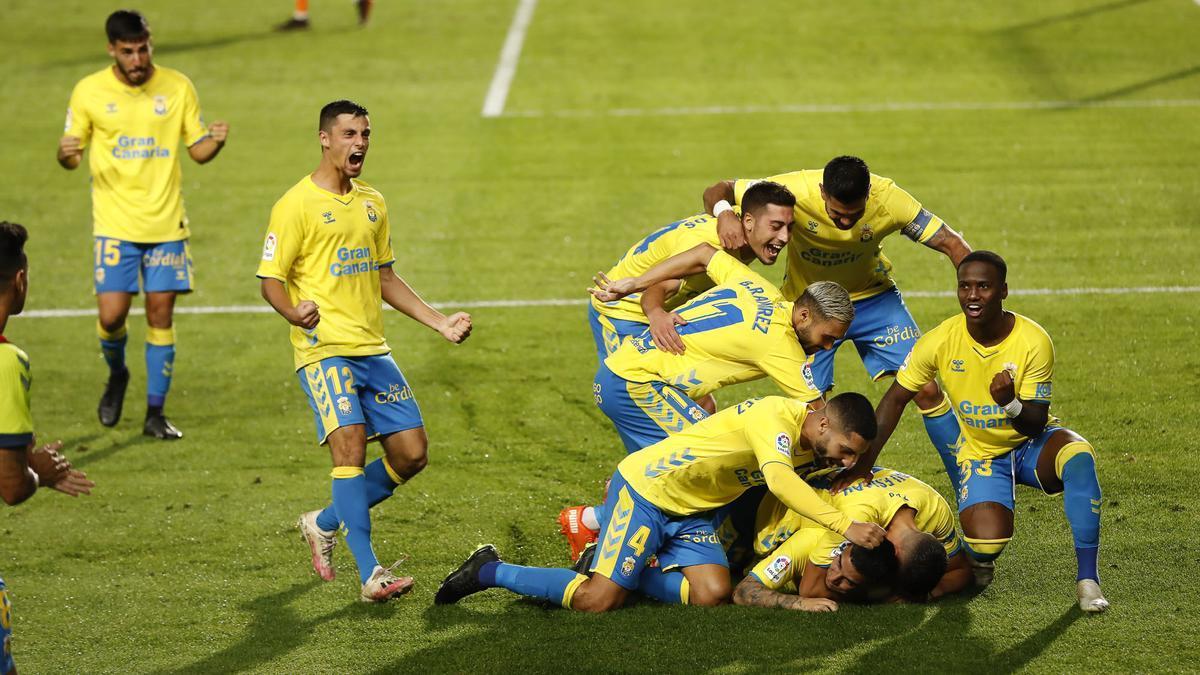 Celebración del gol de Ortolá por los jugadores de la UD Las Palmas