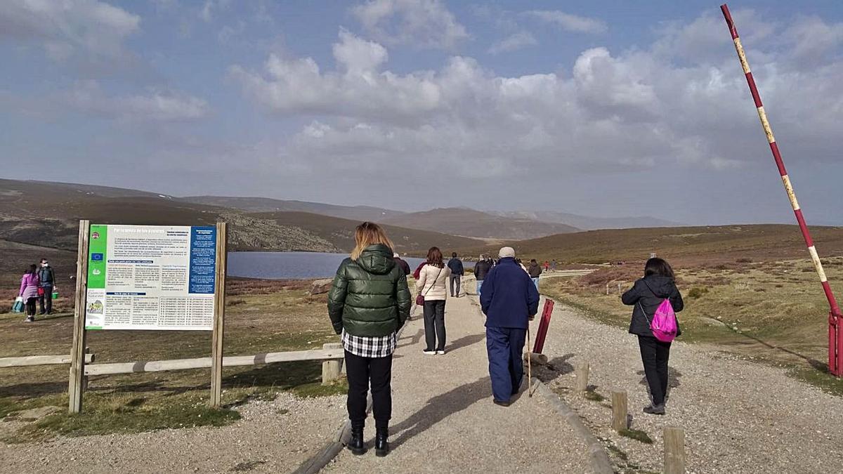 Numerosos visitantes que se han acercado uno de estos días a las inmediaciones de la Laguna de Peces.   Cedida