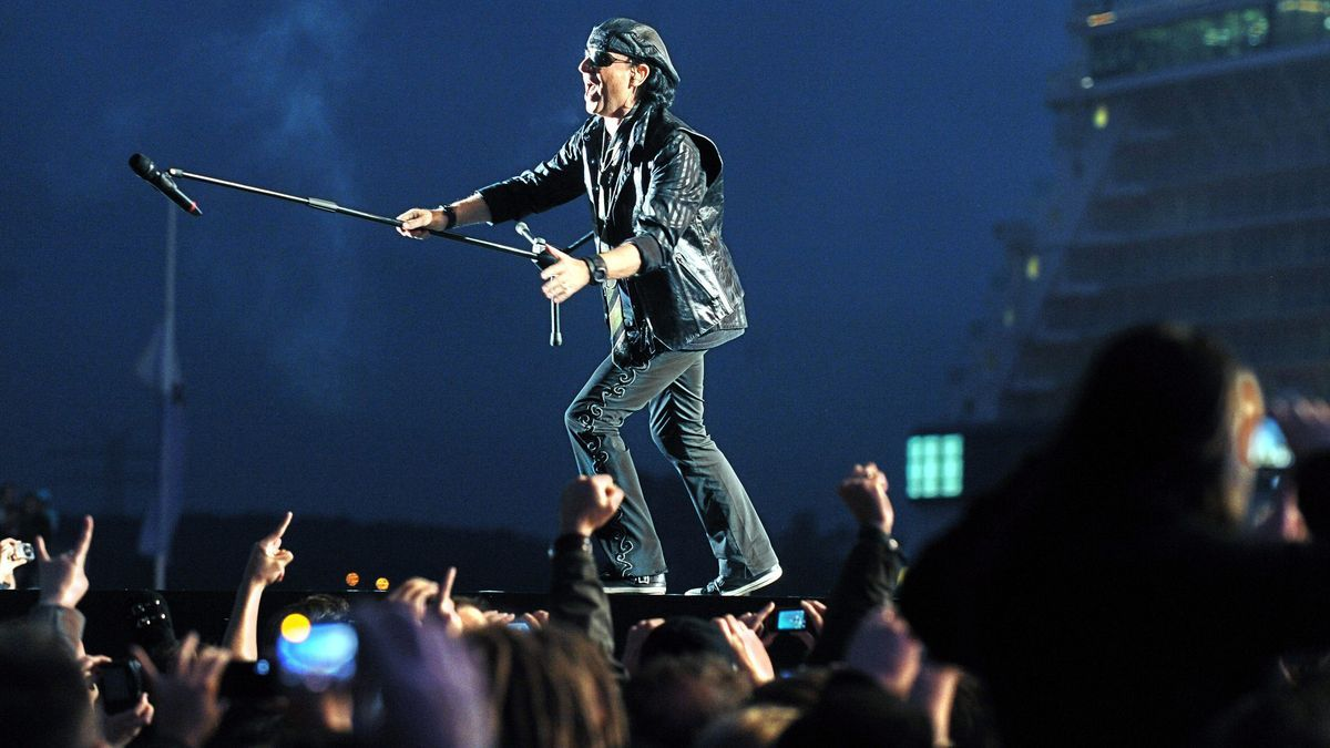 El vocalista de la banda de rock alemana Scorpions, Klaus Meine, en un recital.