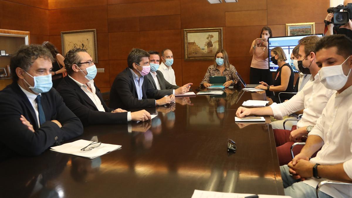 """Un momento de la reunión celebrada hoy para acabar de perfilar el proyecto """"Benidorm Island""""."""