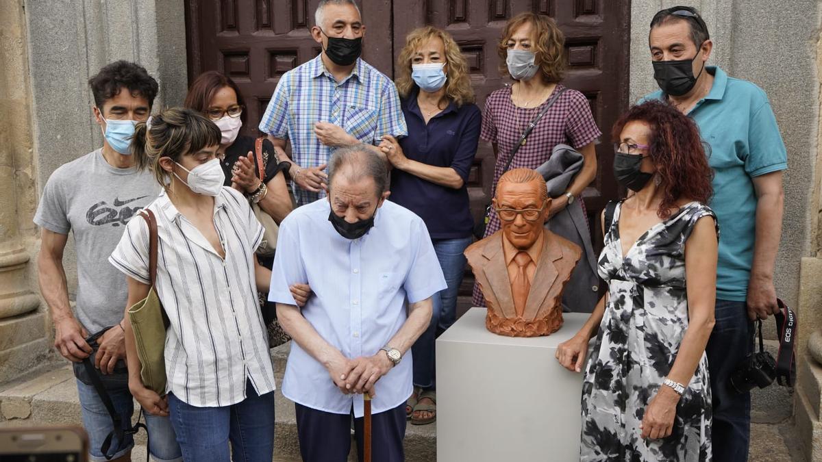 Herminio Ramos, rodeado por su familia, en la Feria de la Cerámica.