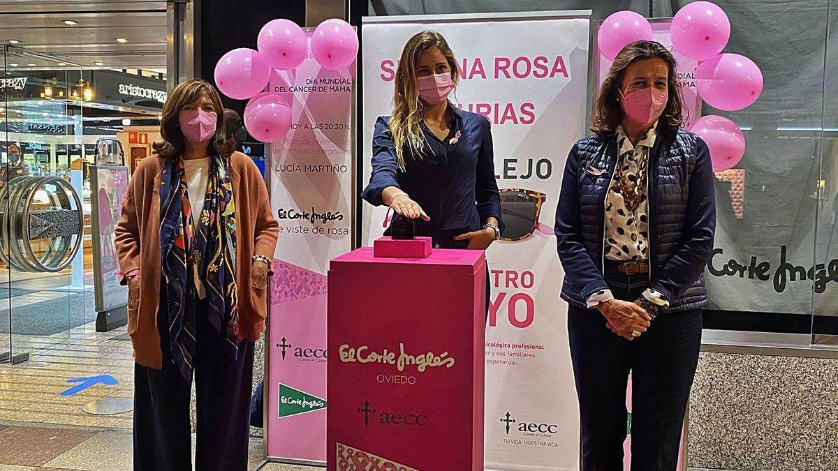 De izquierda a derecha, Margarita Collado, vicepresidenta de la Asociación Española Contra el Cáncer en Asturias; la surfista Lucía Martiño, y Margarita Fuente, presidenta de la asociación, durante el encendido de la fachada.