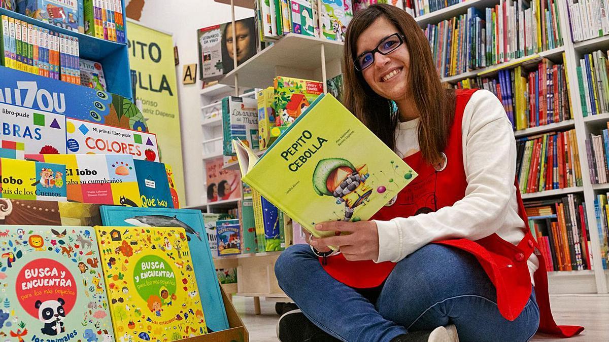 """Sandra Alonso sostiene uno de sus libros, """"Pepito Cebolla"""".   Ical"""