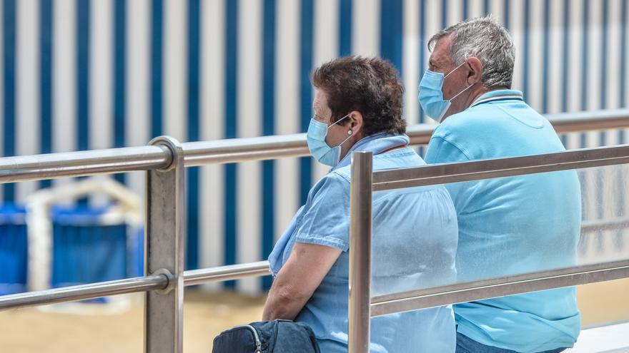 Un médico canario advierte que hay padres inmunizados contagiados porque sus hijos han dado positivo de la variante delta